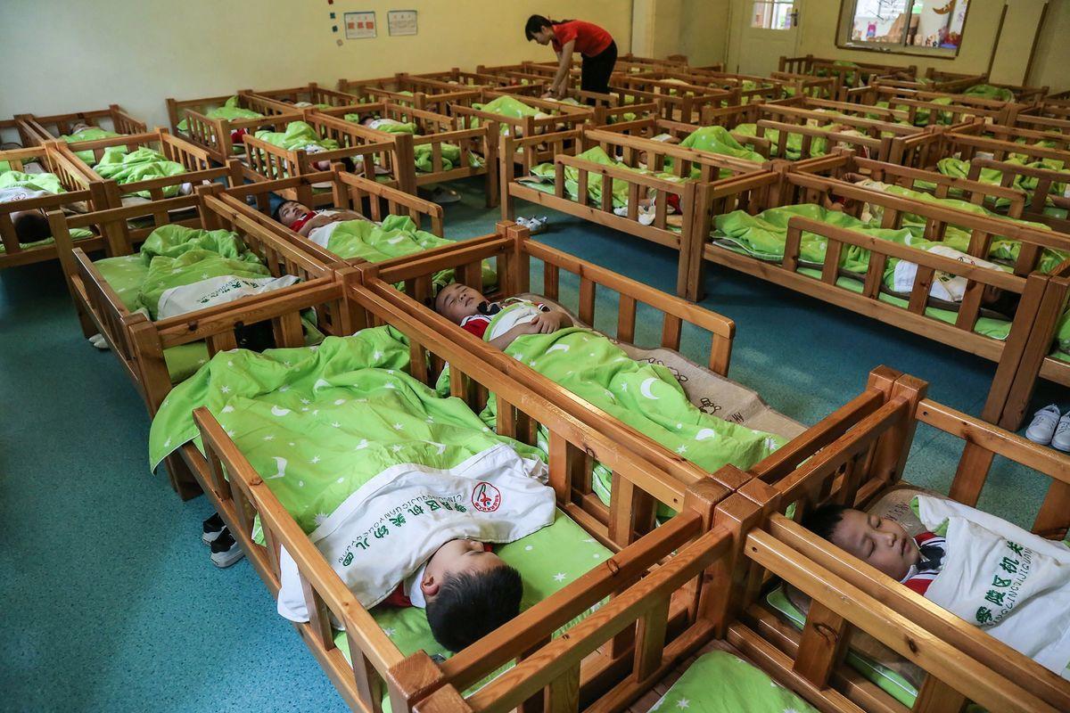 中國社科院研究員馮煦明披露,以30年劃分世代,中國「90-10後世代」總人口相比「60-80後世代」減少了1.5億人,這意味著,中國在三十年間少生了1.5億人。圖為中國湖南省一所幼兒園中,在午睡的孩子們。 (STR/AFP via Getty Images)