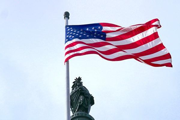 圖為美國國會大廈的國旗。(李辰/大紀元)
