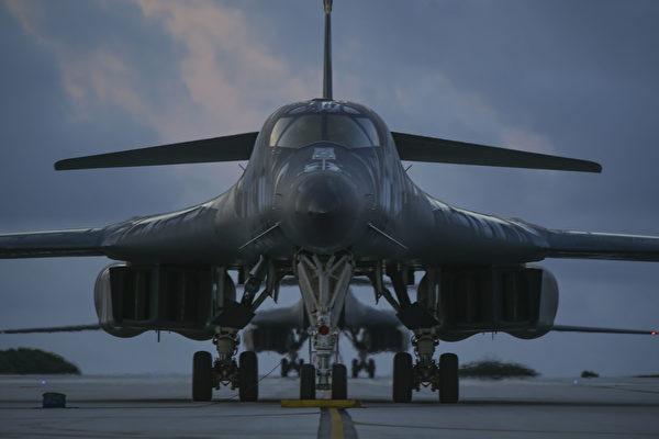 繼美軍「麥凱恩」號導彈驅逐艦駛入南沙島礁之後,2架B-1B轟炸機,亦飛越南中國海島礁上空。圖為兩架B-1B轟炸機在跑道上待命。(美軍印太司令部)