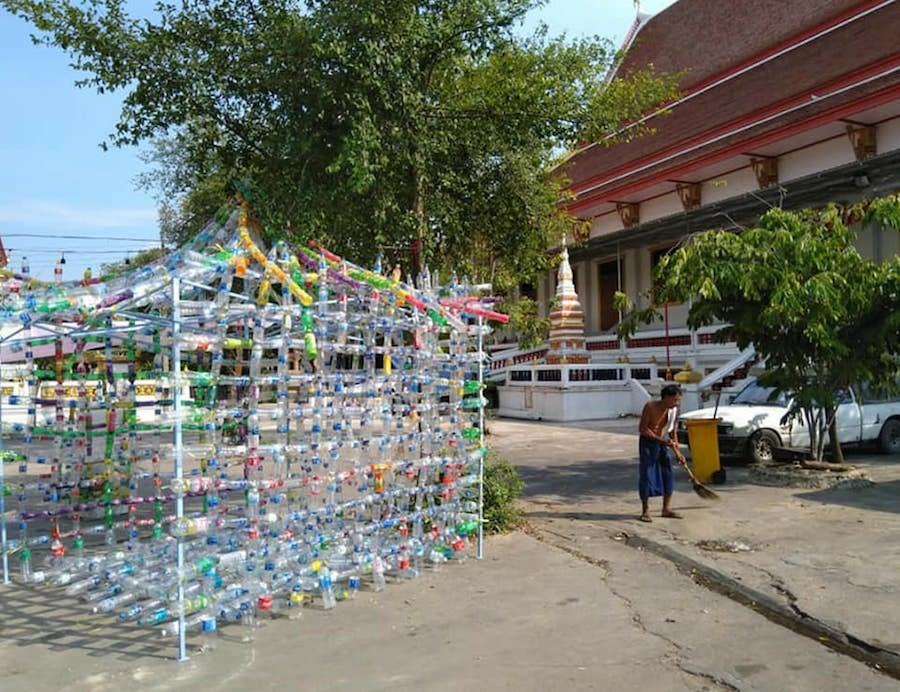 阿Boy2018年曾赴泰國參加一個環保藝術計劃,用膠樽設計出土炮遊樂場。(受訪者提供)