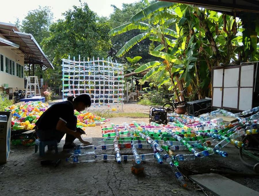 在泰國參與環保計劃過程中,堆積如山的塑膠在他的心中留下了深刻印象,令阿Boy重新開始思考未來的發展路。(受訪者提供)