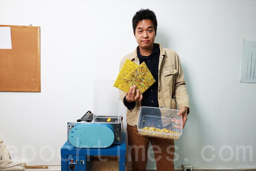 阿Boy展示回收塑膠製作成的膠板。(陳仲明/大紀元)