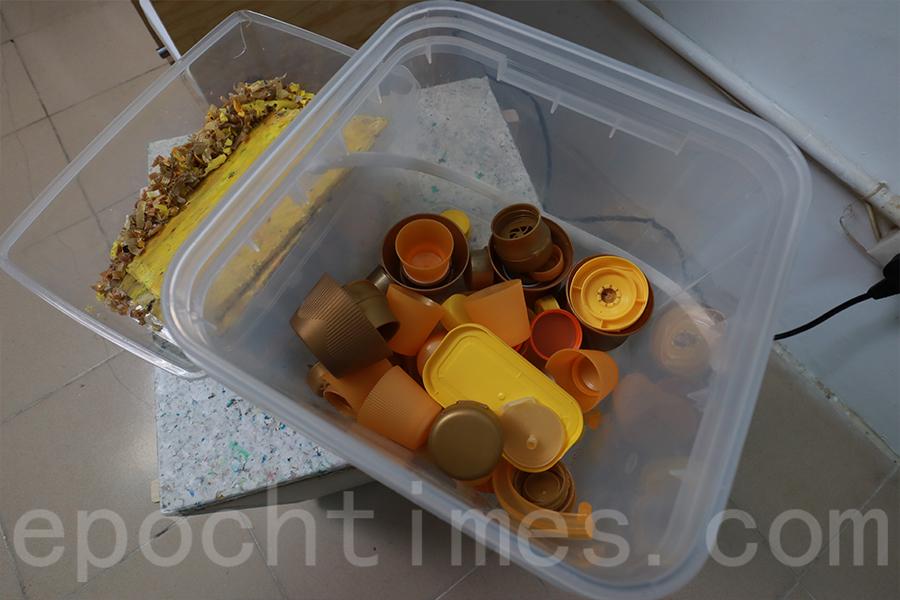 蒐集的瓶蓋經過破碎後,可以製作成膠板。(陳仲明/大紀元)
