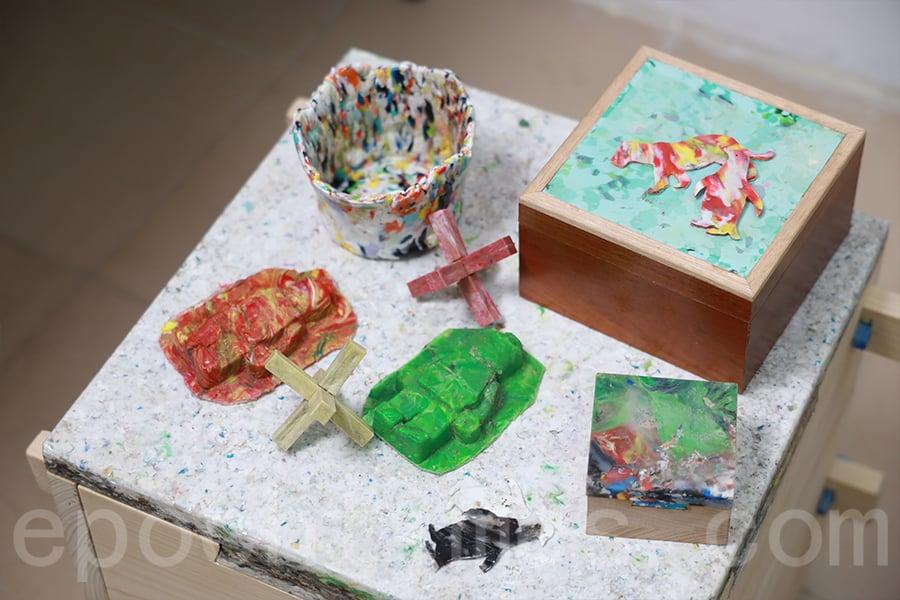 回收木和塑膠結合的作品。(陳仲明/大紀元)