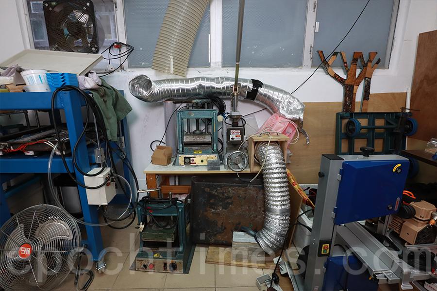 將回收的膠樽變成工藝品,其實要經過多重工序方可完成,圖為壓板機和注塑機。(陳仲明/大紀元)