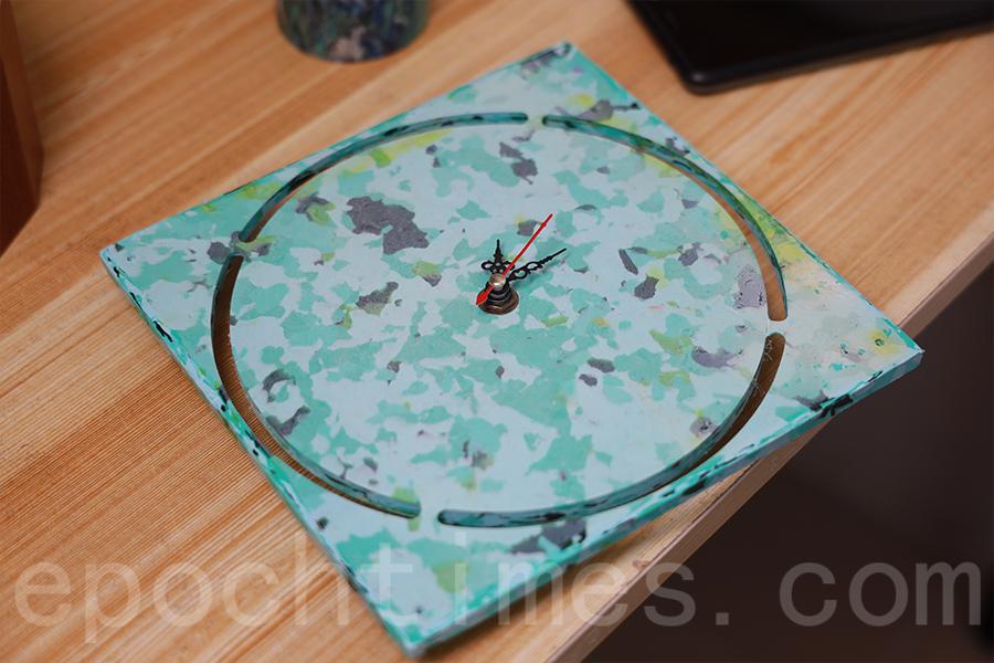 由塑膠板製成的時鐘。(陳仲明/大紀元)