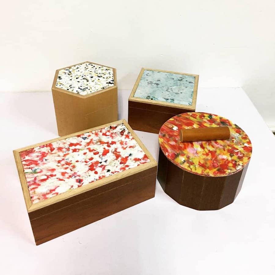 結合塑膠板和回收木製成的木盒。(受訪者提供)