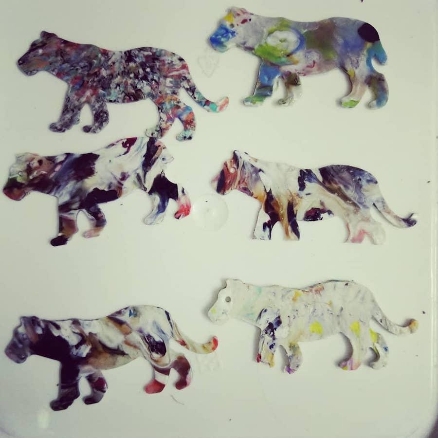 瀕臨滅絕的塑膠動物書籤。(受訪者提供)