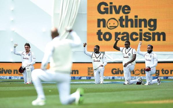 單膝下跪支持「黑命貴」運動幾乎成為全球每項球賽開場前的動作。(Hagen Hopkins/Getty Images)