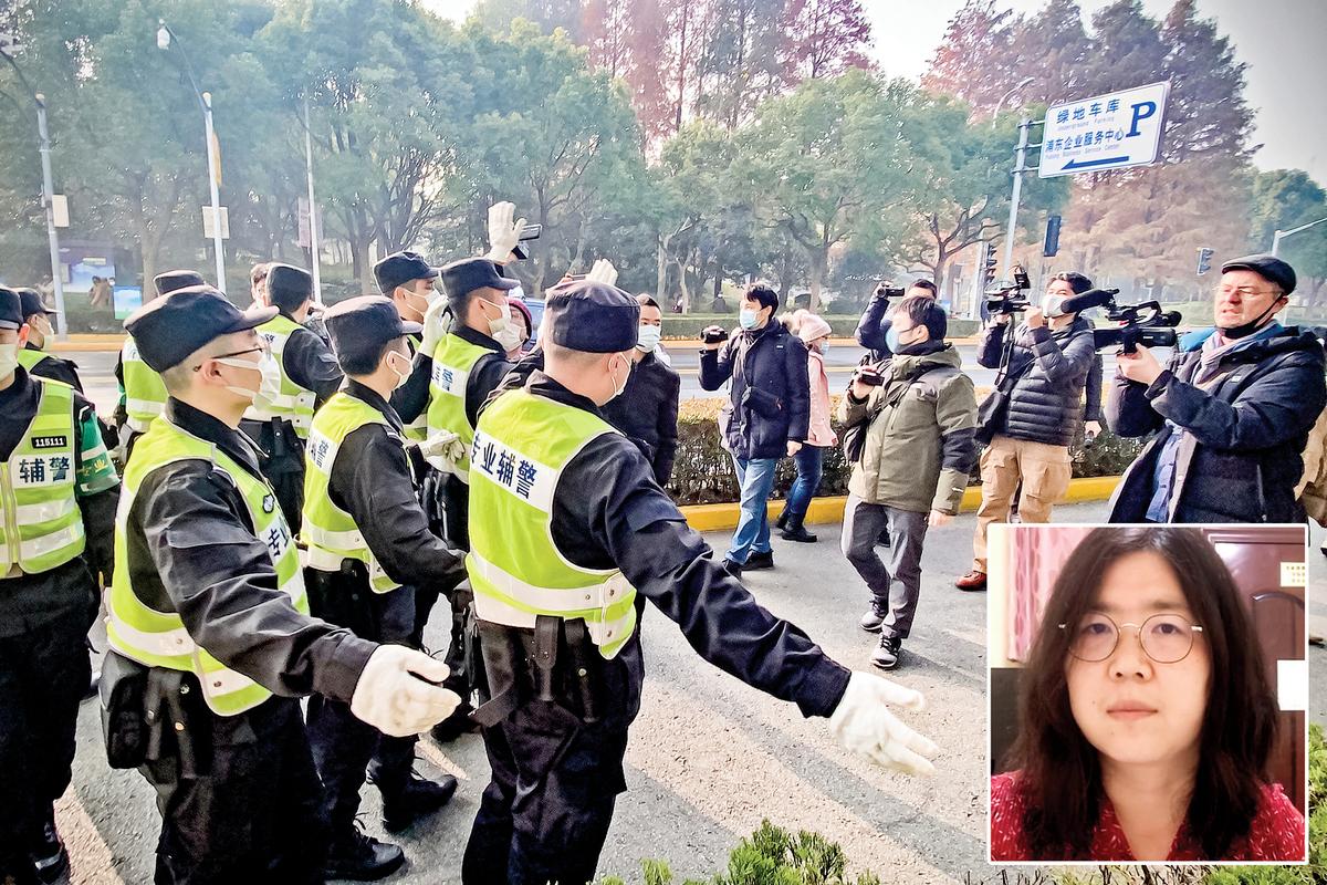 向世界披露疫情真相公民記者張展(小圖)星期一(28日)在被上海市浦東新區法院判刑4年。圖為法庭外警察驅趕聲援者。而這個日期也恰逢武漢「不明原因肺炎」走入公共視野滿一周年之際。(AFP)