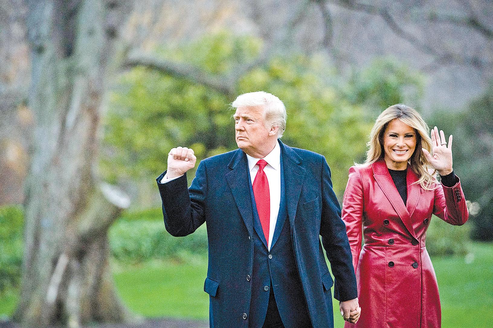 12月5日,美國總統特朗普和第一夫人梅拉尼亞離開白宮南草坪,前往佐治亞州參加集會。(Al Drago/Getty Images)