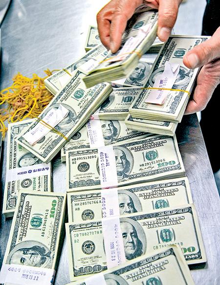 南韓外換銀行(Korean Exchange Bank)的美元現鈔。(Getty Images)