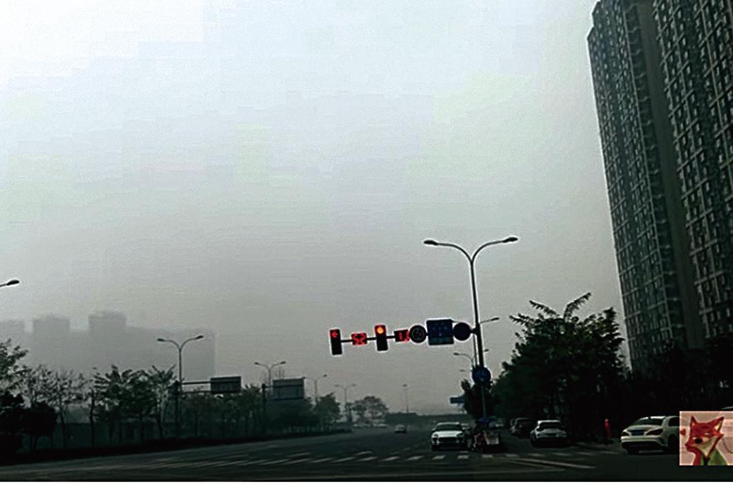 近日,浙江、江蘇、四川等多地出現嚴重大霧和陰霾天氣。圖為12月27日,陰霾下的四川成都。(影片截圖)