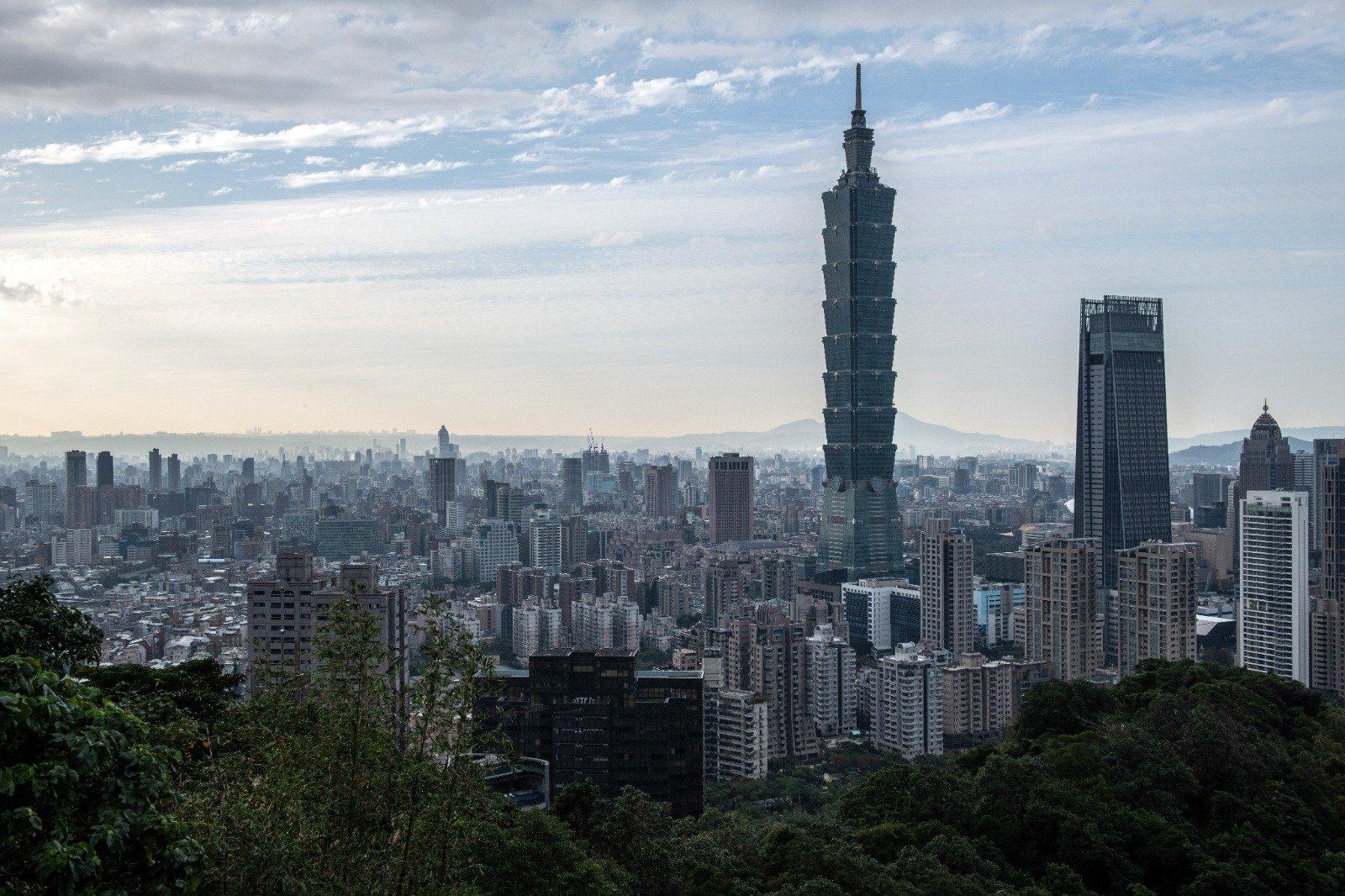 台灣預防中共病毒(武漢肺炎)成效顯著,經濟數據表現理想,2020年12月30日大盤走高215點,本年迄今升22.4%。圖為台北101大樓。(Carl Court/Getty Images)