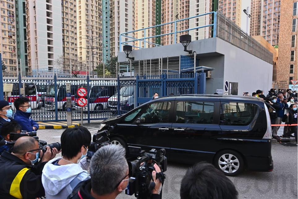 被移送回香港的2人中午由私家車送到天水圍警署。(宋碧龍/大紀元)