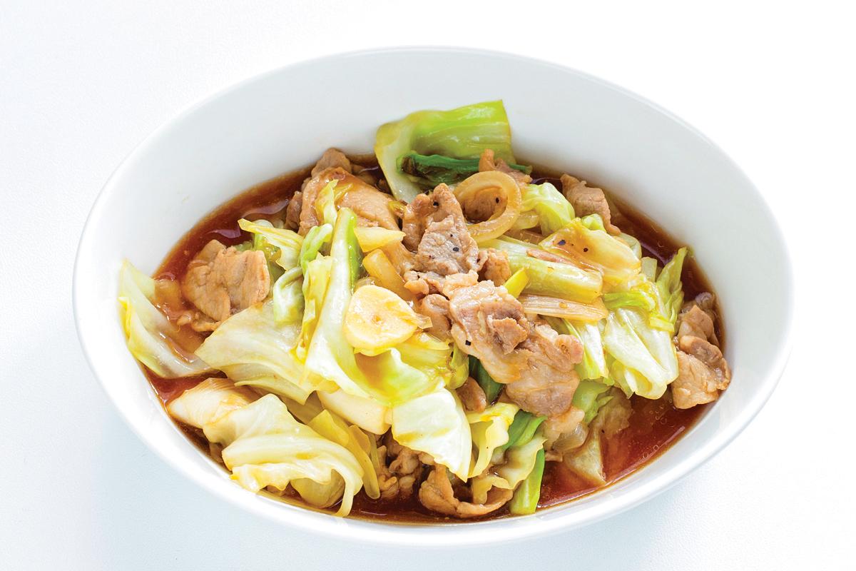 高麗菜炒豬肉片就是一道補充維他命C與蛋白質的家常菜。(Shutterstock)