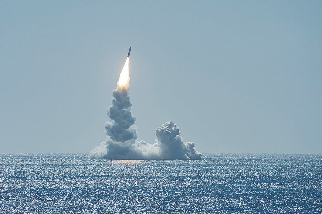 2月12日,美軍緬因號潛艇(USS Maine,SSBN 741)在加州外海試射一枚三叉戟導彈(Trident II D5LE missile)。(美國海軍)