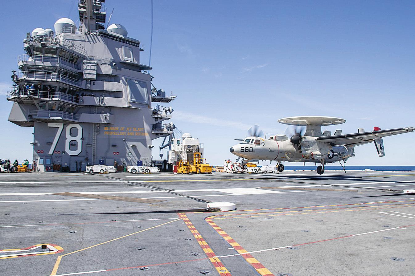 2020年5月10日,一架E-2D鷹眼預警機在福特號航母(CVN 78)上降落。(美國海軍)