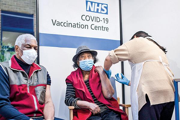 英國倫敦民眾接種「中共病毒」疫苗。(Getty Images)