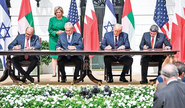 9月15日,特朗普總統作為見證人,巴林外長(左一)、以色列總理(左二)、阿聯酋外長(右一)簽署和平協議。(AFP)