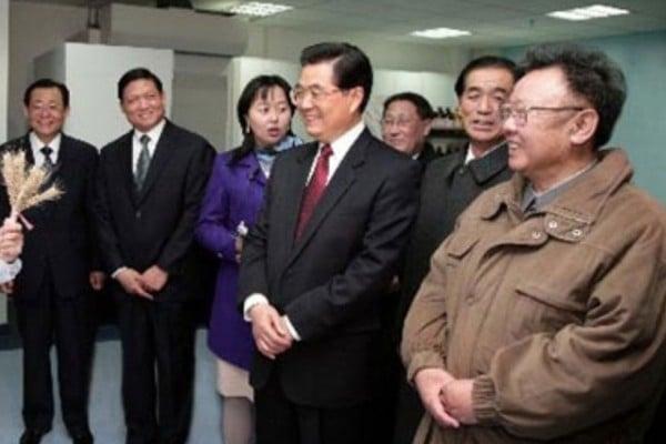 日媒披露,北韓原領導人金正日2010年5月抱病前往中國,謀求胡錦濤當局支持其子金正恩繼位,但胡對金正日金態度很冷淡,並對金正恩上台的態度隻字未提。(網絡圖片)