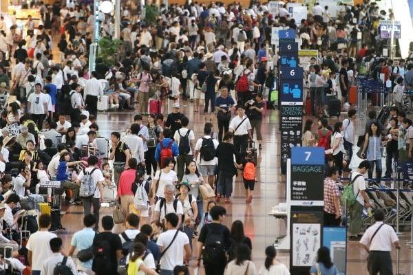 颱風導致近400航班取消,圖為滯留在東京羽田機場的乘客。(STR/AFP/Getty Images)