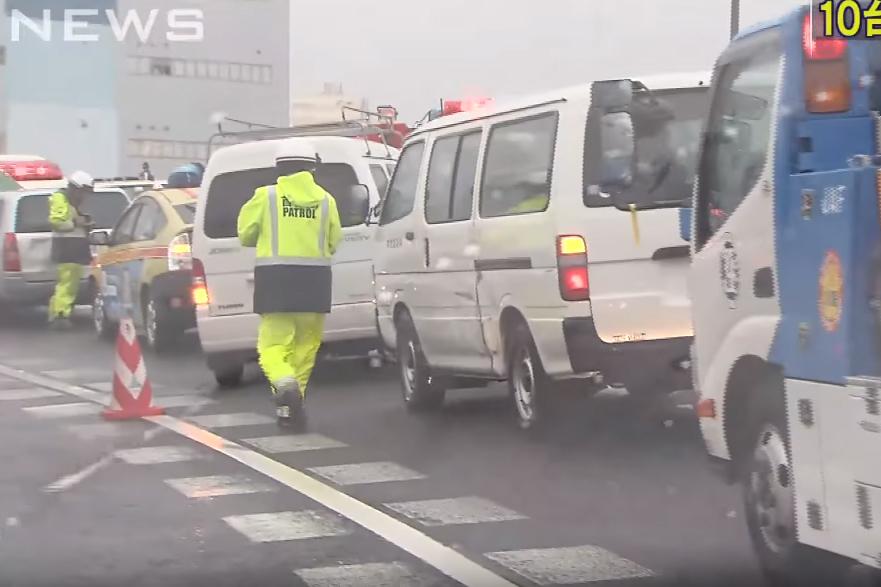 東京首都高速公路發生10輛車連環相撞的交通事故,事故造成9人受傷。(視像擷圖)