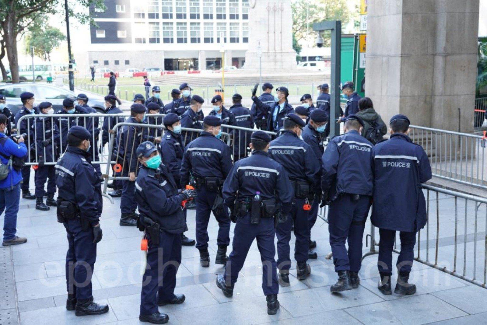 黎智英下午到終審法院聽判決,警察大為緊張拉鐵馬封路。(余鋼/大紀元)