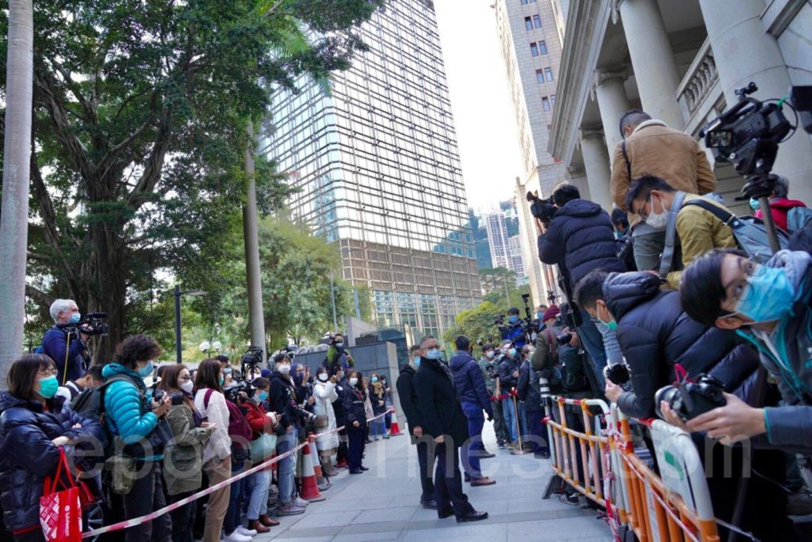 12月31日,終院受理律政司申請,黎智英須繼續還押,過百傳媒到現場。(余鋼/大紀元)