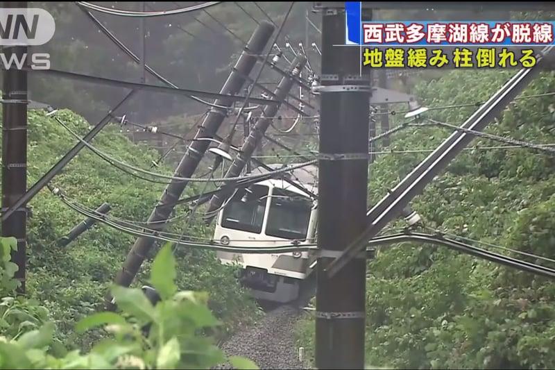 東京東村山市的西武多摩湖線列車的軌道地基鬆動,造成列車脫軌,並有6人受傷。(視像擷圖)