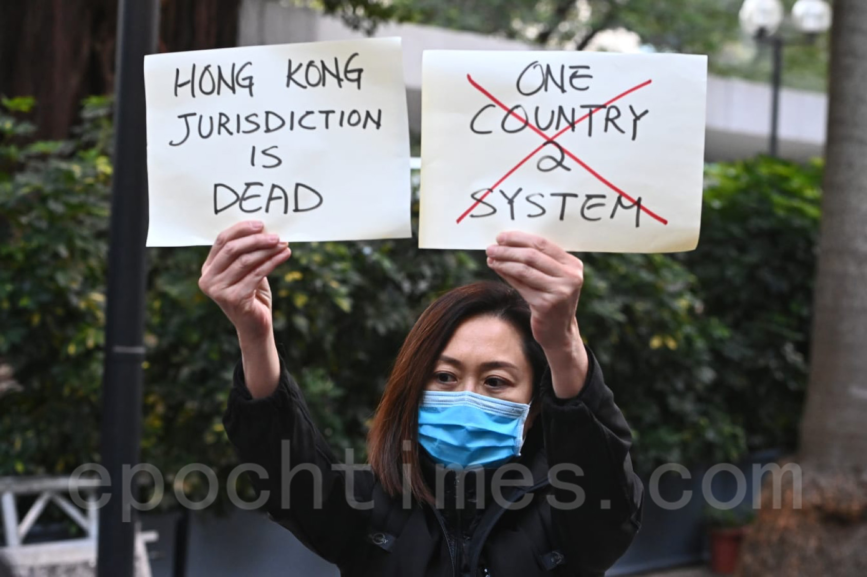 有市民高舉香港司法已死,「一國兩制」已亡的紙牌到場聲援。(宋碧龍/大紀元)