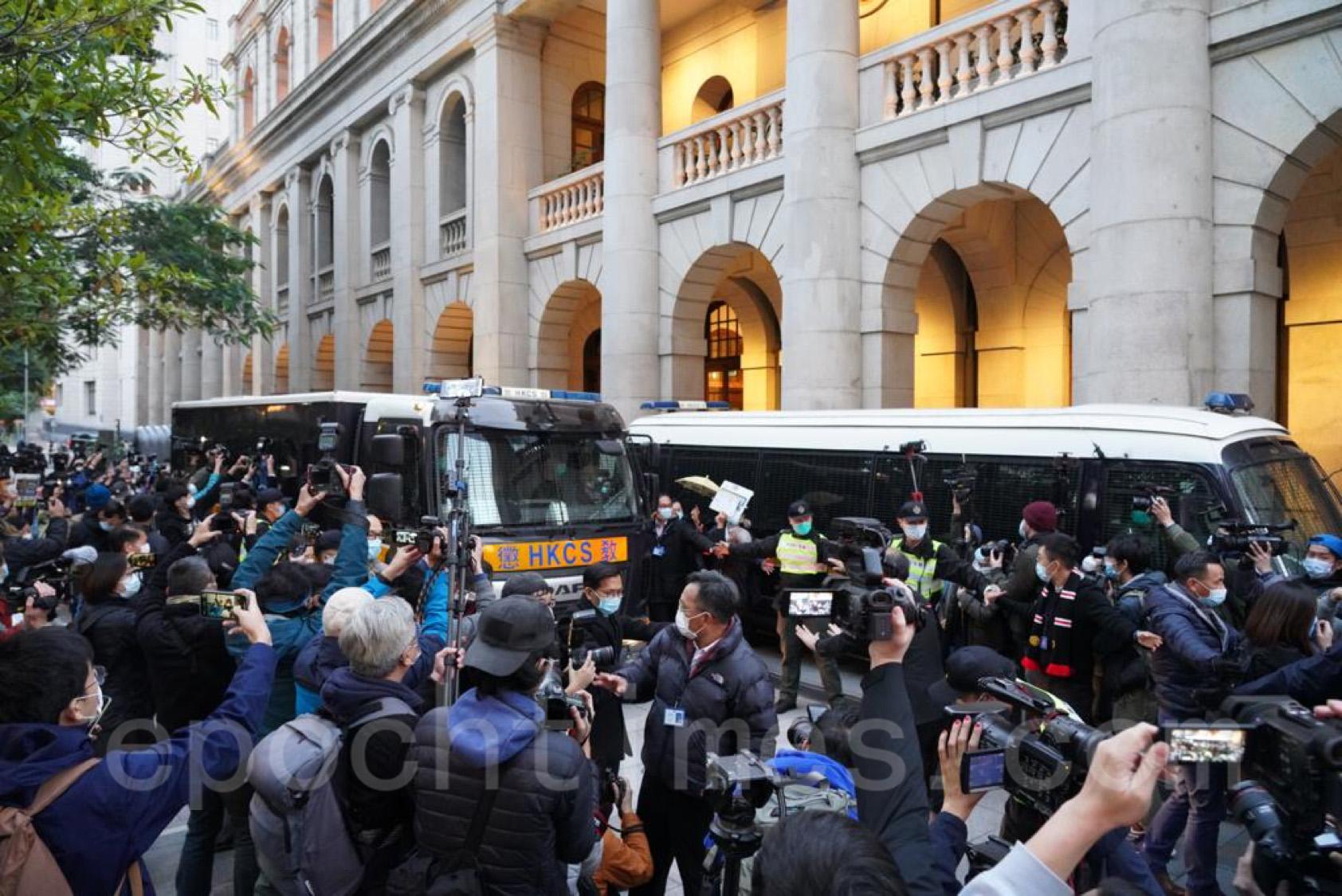 黎智英被繼續羈押,大批市民送車。(余鋼/大紀元)