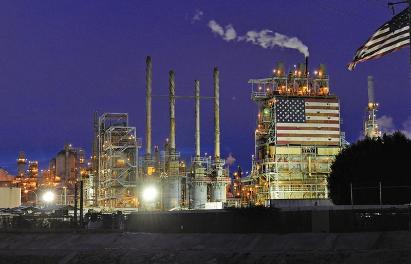 國際能源總署警告,油價持續走低主要原因之一是伊朗重返油市,這個因素對油價的影響可能尚未完全反映。圖為美國加州英國石油公司卡森煉油廠。(AFP)