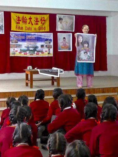 一名學員向學生們介紹發生在中國的迫害