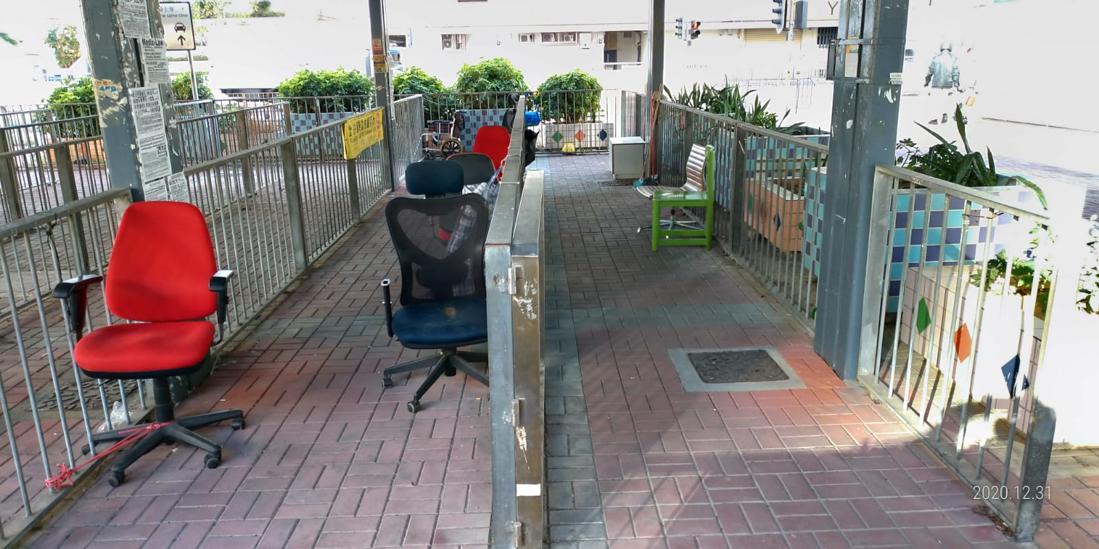2020年12月31日,青關會「高調宣佈撤離」,下午拆除在紅磡火車站長期擺放的污衊橫幅。圖為拆除後的情況。(王小洪/大紀元)