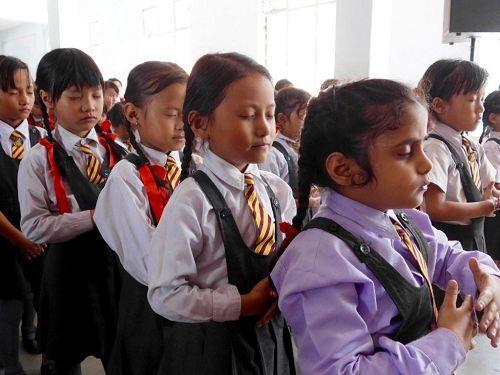 靠近緬甸附近的印度學生在學煉法輪功
