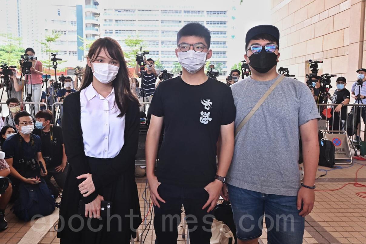 前香港眾志成員黃之鋒(中)、周庭(左)以及林朗彥(右),8月5日在西九龍裁判法院出庭聆訊。(宋碧龍/大紀元)
