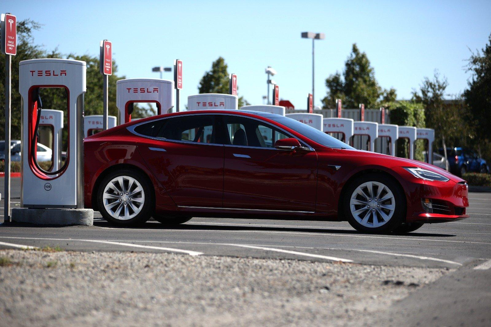 Tesla再下一城,第4季出貨量強勁,環比增長30%,公司市值達6,700億美元,乃車股之冠。(Justin Sullivan/Getty Images)