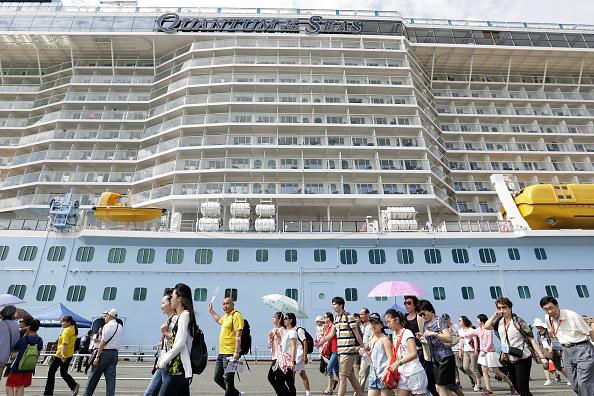 中國遊客出境遊數量一直在持續增長,但路透社近日的一篇報道揭示,中共已將中國遊客作為一種外交武器。圖為從日本福岡博多港入關的中國遊客。(Getty Images)