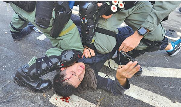 圖為2019年11月12日,市民發起「三罷」行動。在中文大學有大學生遭防暴警暴力對待,遭打暴頭流血。(大紀元資料圖片)