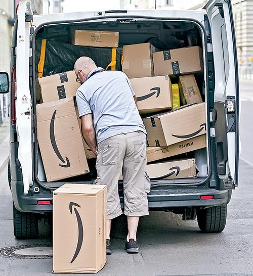 德國柏林街頭的亞馬遜包裹遞送員。(Getty Images)