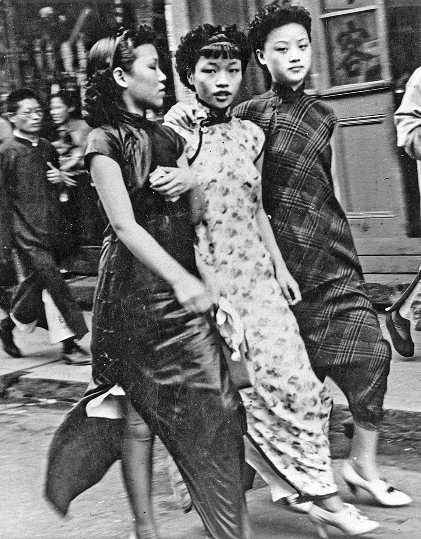 清朝之後的民國時期,裁縫們將西式時裝元素注入女子的旗袍中,「旗袍」開始在上海風行,最終成為中國女性的經典服飾。(Keystone/Getty Images)