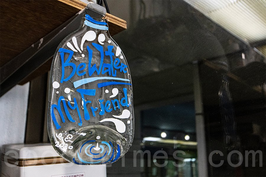 經過高溫窯燒製後,壓扁的玻璃樽變成畫布,可以寫下自己的心願,成為獨一無二的擺設。(陳仲明/大紀元)