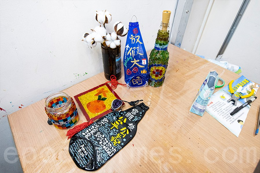 Kanny回收玻璃創作出各種精緻的藝術品。(陳仲明/大紀元)