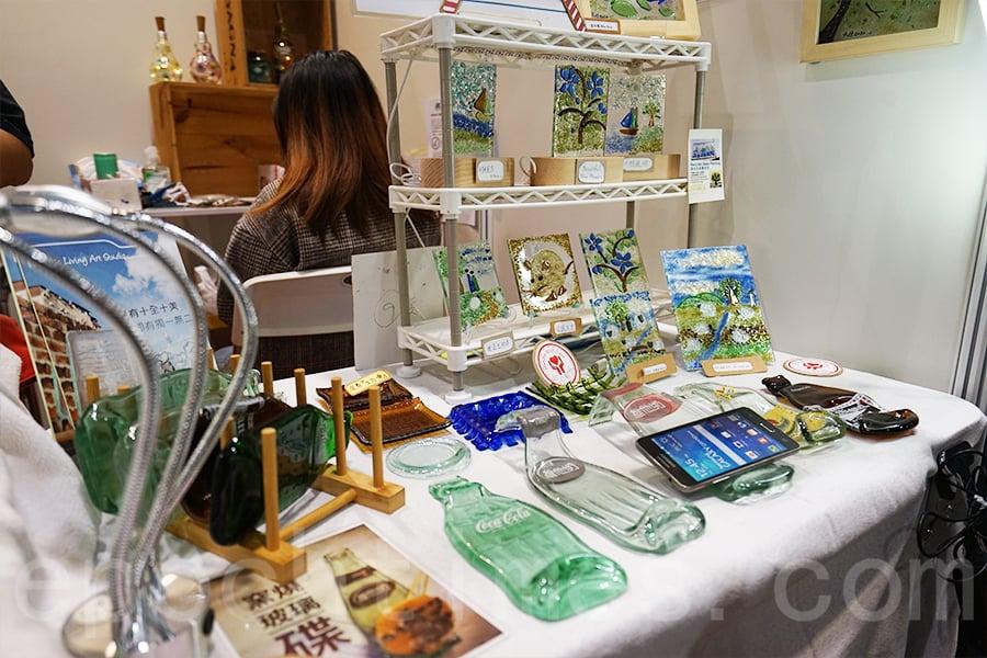 Kanny製作的部份玻璃藝術品,在展覽中出售。(曾蓮/大紀元)