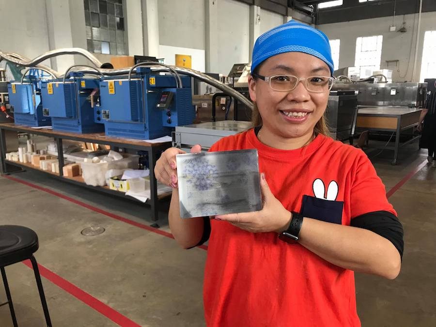 Kanny於2020年3月前往澳洲Canberra Glassworks進修,學習玻璃鑄造技巧。(受訪者提供)