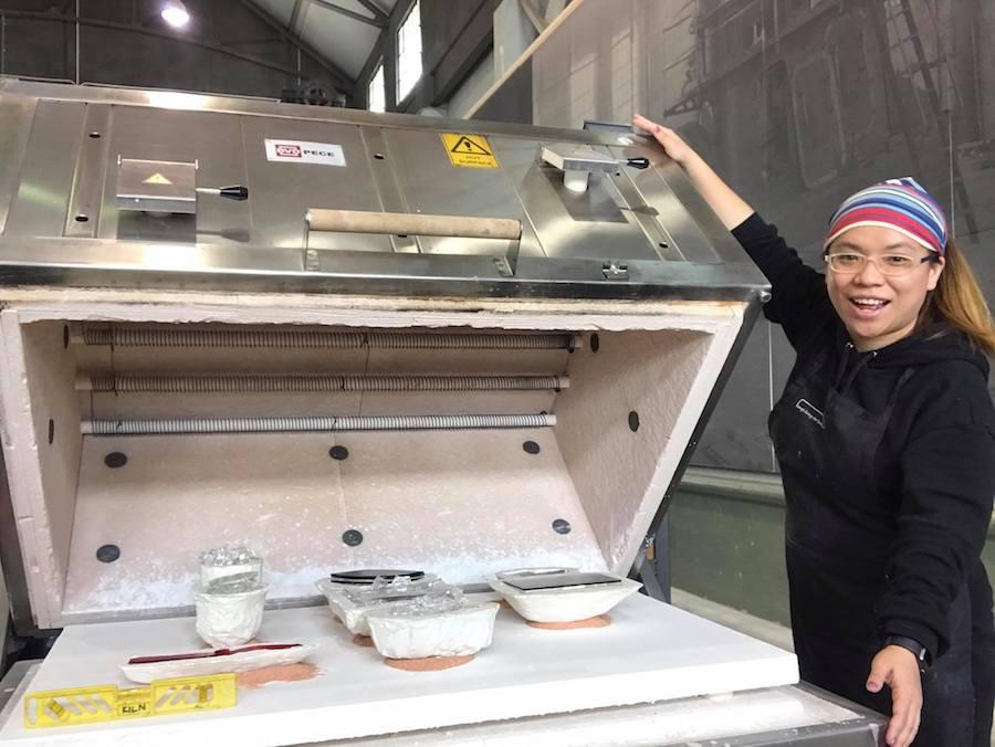 Kanny在Canberra Glassworks參觀過程中,獲得更多的創作靈感。(受訪者提供)