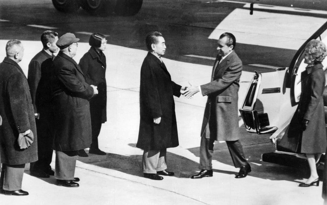 1972年2月中共總理周恩來在北京機場接待美國總統尼克遜。(AFP/Getty Images)