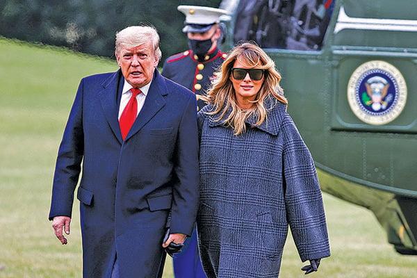 美國總統特朗普星期日(1月3日)表示,他將參加星期三(1月6日)在華盛頓DC舉行的集會和遊行活動。圖為2020年12月31日,特朗普與第一夫人提前結束渡假,返回白宮。(Getty Images)
