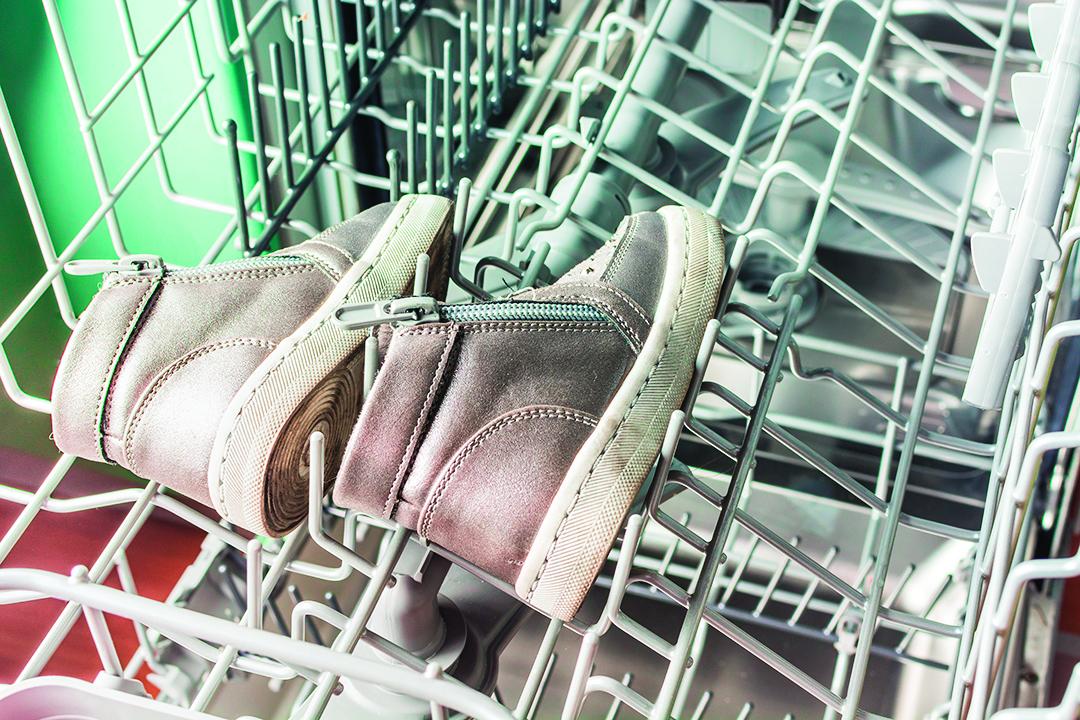 洗碗機可用來洗運動鞋,但洗前須將鞋底的泥沙清除。
